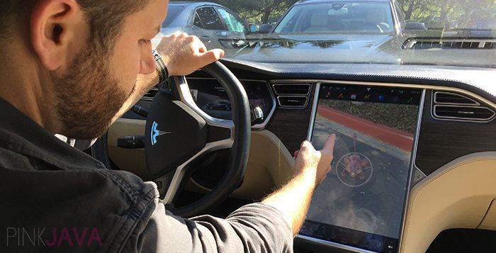 Hacker modifica una Tesla per catturare Pokemon in guida autonoma