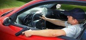 Gun-in-Car-.jpg-500x400-e1494265053975-300x141 7 buoni motivi per cui comprare un'auto potente è una scelta sensata